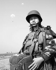 青春嬴弱的女兵在我空降兵部队的训练(组图)