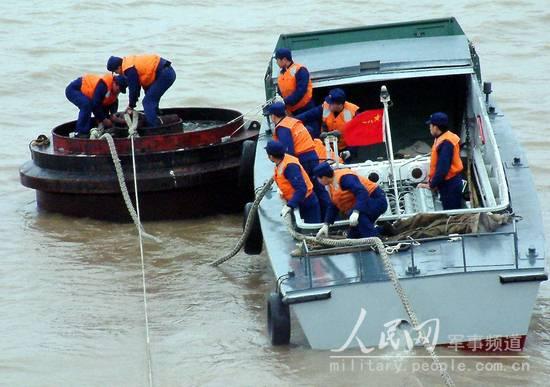 图文:官兵们正在进行舰艇系离水臌训练