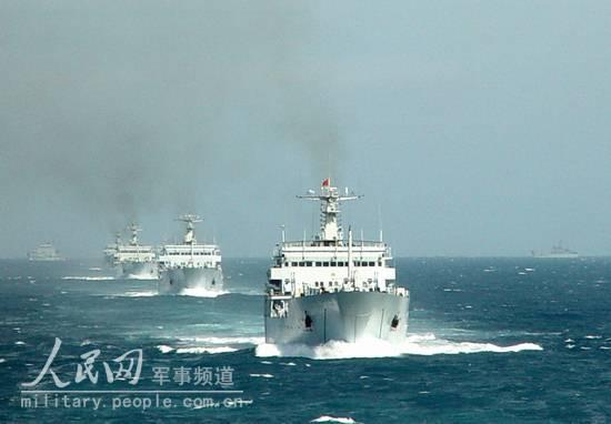 图文:航行中的登陆舰编队