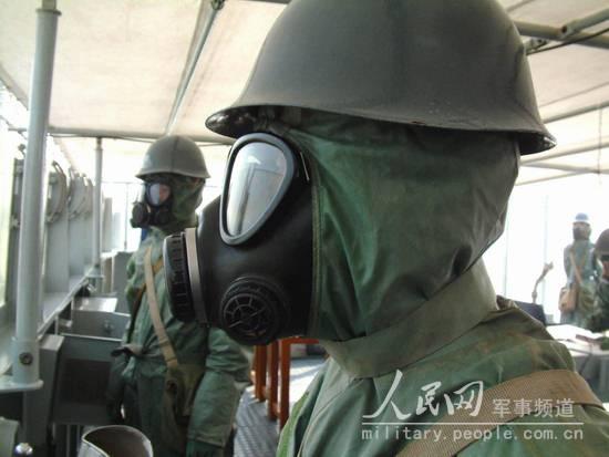 图文:航行中正在进行防化科目操演