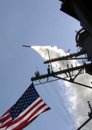 图文:驱逐舰发射战斧巡航导弹