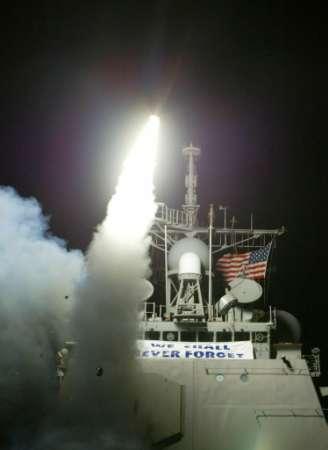 图文:美战舰正在发射战斧巡航导弹