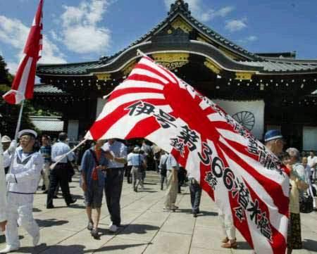 图文:挥舞军国主义旗帜