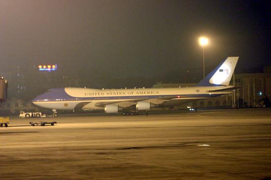 组图:北京首都机场夜色下的美国空军一号