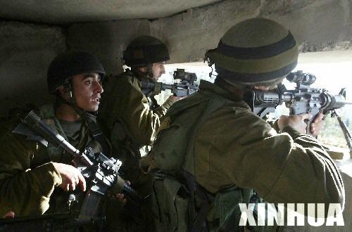 以色列国防军营救不慎飞出边境的滑翔迷(组图)