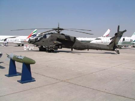 图文:参加迪拜航展的阿帕奇武装直升机