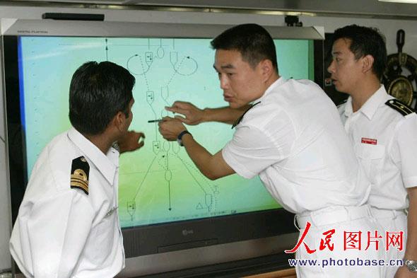 图文:中印海军作战军官在制订演习计划