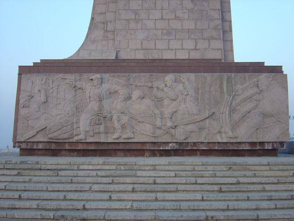 铁道游击队纪念园枣庄市位于薛城区临山路东首,占地面积9公顷,它以铁道游击队纪念碑为主体建筑,广场、甬道、碑廊、清风台、金山墓、八大亭等景观散布其中,错落有致。铁道游击队纪念碑高33米,于1995年8月15日落成。游击队战士持枪冲杀的铸铜人物塑像,矗立于纪念碑顶端。底座正面镌刻碑文,两侧为花岗岩浮雕,再现了游击队员英勇杀敌的场面;碑前及两侧八级台阶,代表8年抗日战争,碑体正面为竖起路轨的造型,体现游击队员们活跃在铁路线上,浴血奋战的深刻含义;50根枕木象征着世界反法西斯战争和中国人民