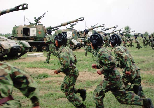 图文:我军152自行榴弹炮部队士兵快速登车