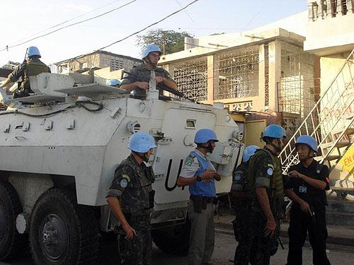 图文:中国驻海地维和警察与外国同行在一起