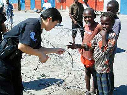 图文:中国维和警察与海地儿童人在一起