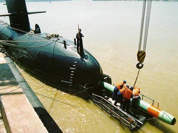 中国潜艇兵水下生活:把自己绑起来战斗(图)