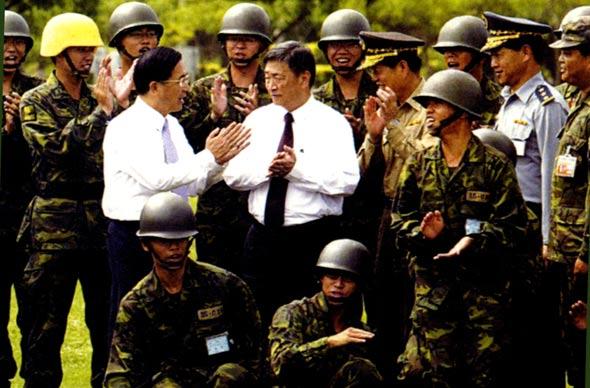 """图文:陈水扁与""""国防部长""""李杰视察部队"""