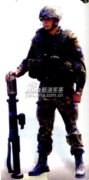 """图文:手持""""铁拳3""""火箭发射器的未来士兵"""