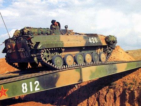 图文:演习中86式步兵战车利用机械