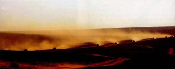 图文:空降兵突击车队向作战区域开进