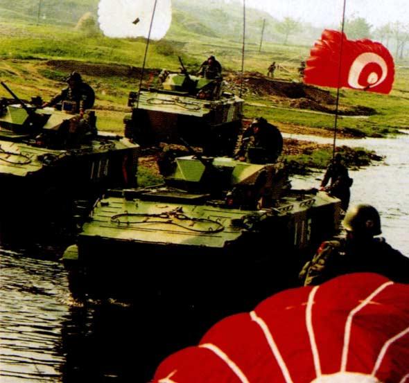 我国湖北空降兵部队举行空投实战演习(组图)