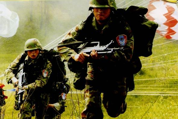 图文:空降兵们着落后迅速投入战斗