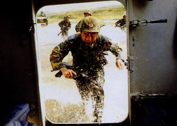 图文:空降兵着落后快速登车