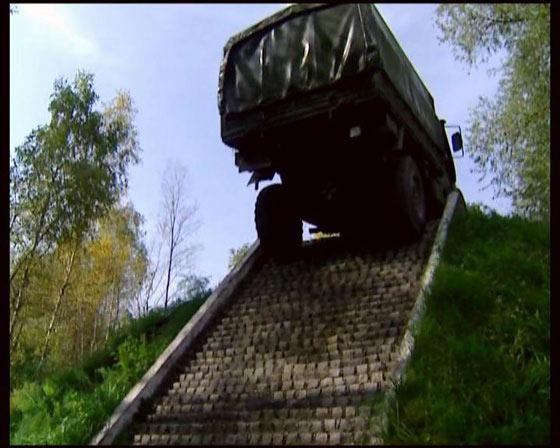图文:奔驰越野军卡成功爬上坡顶