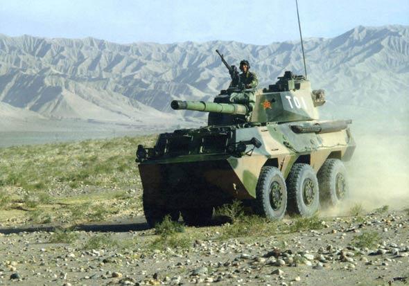 图文:我军新型轮式突击炮高原演练