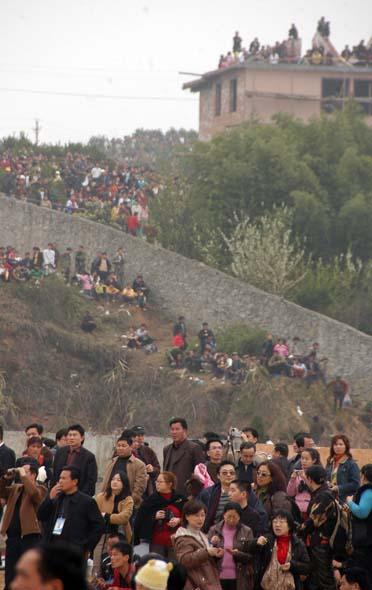 图文:山坡挤满了人群