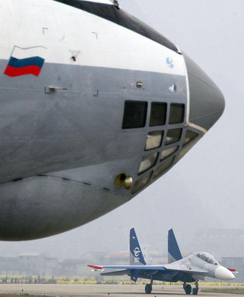 图文:近距离看停在地上的飞机