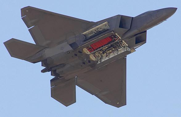 图文:F-22机腹下的内置武器舱呈开启状态