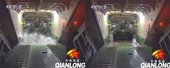 图文:两栖坦克从坦克大舱中驶向前登陆舱门