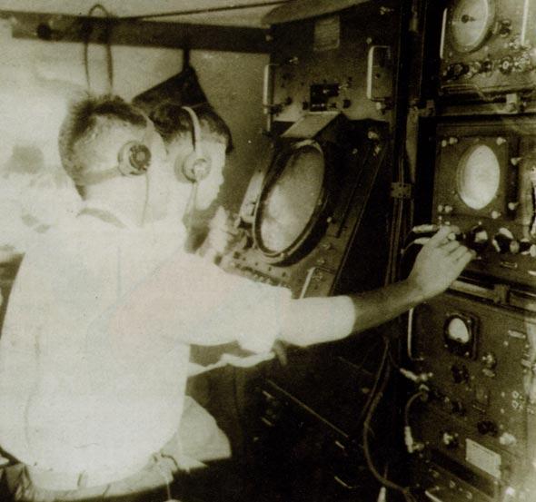 图文:我军雷达操作员正在严密注视着雷达屏幕