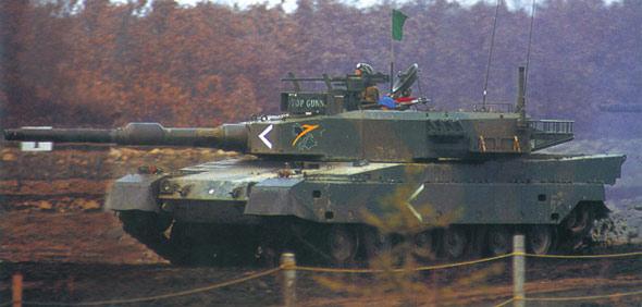 图文:行进中的日本90式主战坦克