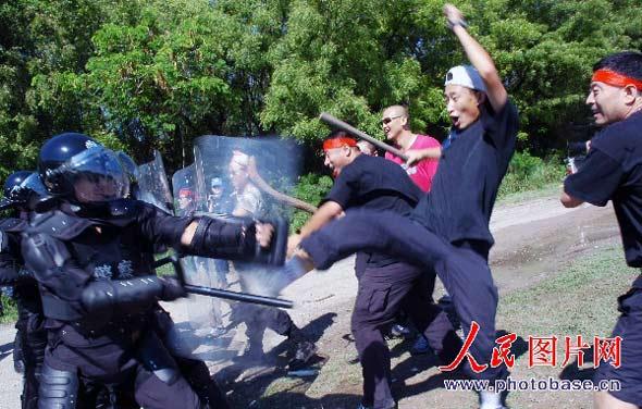 图文:处置骚乱现场控制骚乱人群
