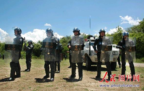 图文:中国维和防暴队面对骚乱人群