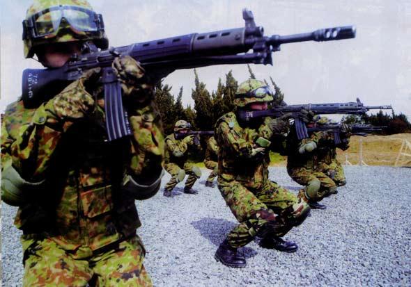 图文:WAC女队员进行蹲姿射击瞄准训练