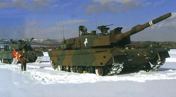 图文:雪地中训练的日本90式主战坦克