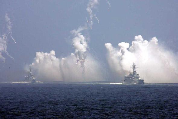 图文:中国海军护卫舰编队对敌实施干扰