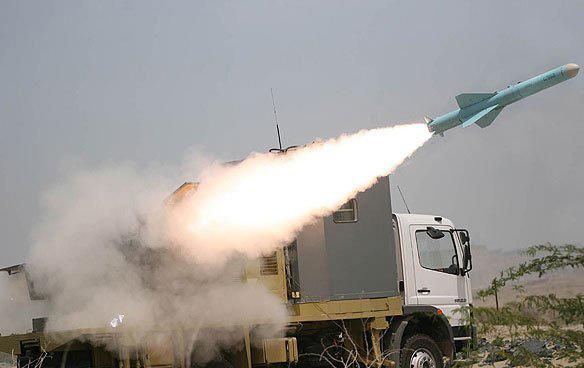 图文:伊朗军队在军演上试射轻型反舰导弹
