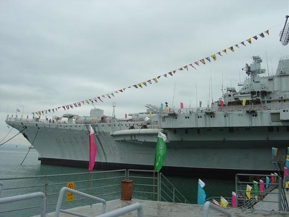 图文:明斯克号航母早已被改成军事主题公园