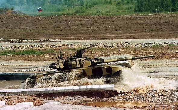 图文:T-90主战坦克进行涉水性能演示