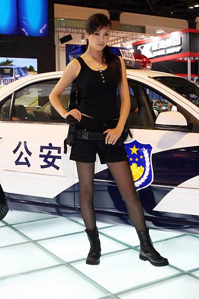 图文:福特警车美女模特全身 竖