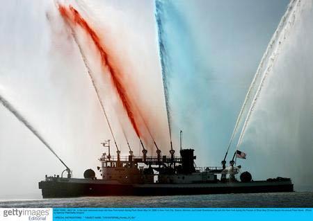 纽约一艘消防船喷射出彩色水柱