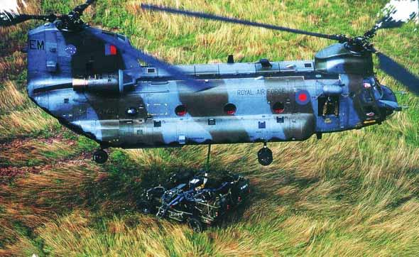 图文:CH-47直升机进行战术运输