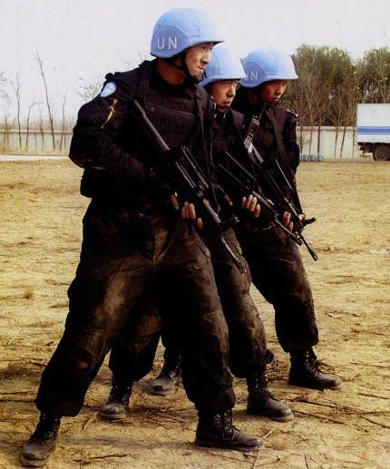 图文:防暴队员三人小组战斗姿势
