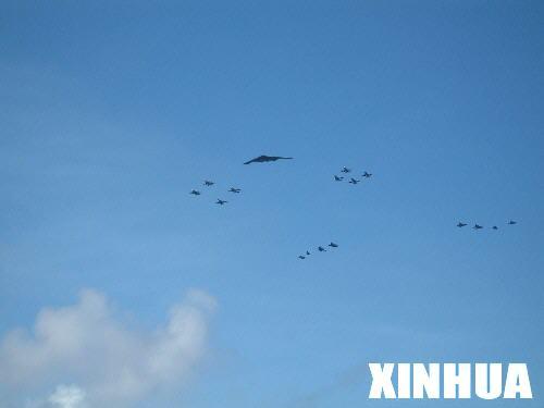 """图文:参加美军""""勇敢之盾""""演习的美军飞机编队飞行"""