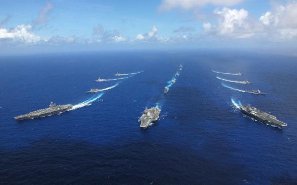 图文:美军三艘航母和舰艇编队