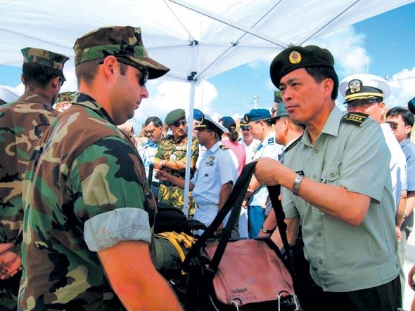 中国将军观摩美军关岛演习体验舰载机弹射飞行