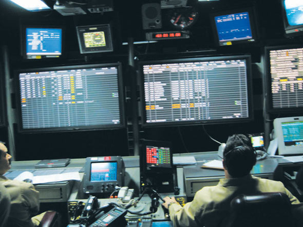 图文:美军里根号航母的航空控制室