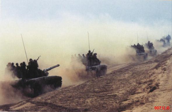 图文:装甲团99主战坦克列队
