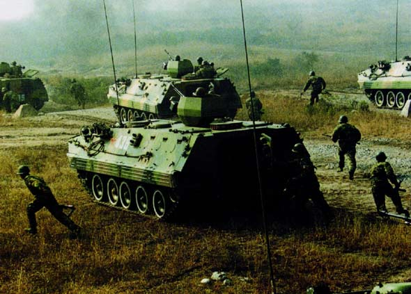 图文:机械化步兵部队进行合成演习