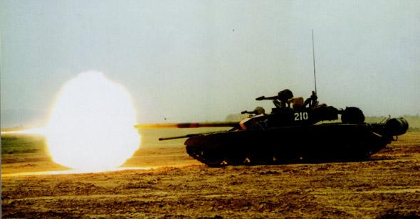 图文:国产新型主战坦克210号车精确火力射击
